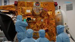 Práce na sondě Al Amal (zdroj UAE Space Agency).