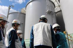 Práce v okolí nádrží (zdroj TEPCO).