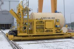 Přeprava kontejneru k betonovým kójím (zdroj Černobylská jaderná elektrárna).