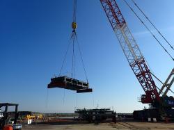 Přivezení části konstrukcí pro krytí patra s bazénem u třetího bloku (TEPCO).