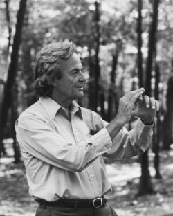 """""""Rozvoj vědy a pokrok poznání se stávají stále obtížnější. Na experimentování již nestačí zápalky a sláma."""" (Foto Richarda Feynmana z roku 1984 je od Robert Treat Paine Estate,  Waltham, MA z práce na propojování superpočítačů)"""