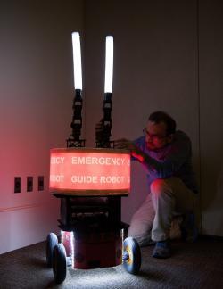 Paul Robinette se sv�m d�v�ryhodn�m robotem. Kredit: Rob Felt, Georgia Tech.
