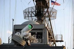 Laserový zbraňový systém LaWS, ještě na palubě USS Ponce (2014). Kredit: U.S. Navy / John F. Williams.