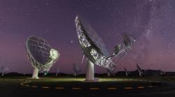 "Relativně blízká ""běžná"" rádiová galaxie Centarus A. Kredit: ESO/WFI (Optical); MPIfR/ESO/APEX/A.Weiss et al. (Submillimetre); NASA/CXC/CfA/R.Kraft et al. (X-ray)."