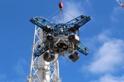 Snášení další části společného ventilačního komínu prvního a druhého bloku (zdroj TEPCO).