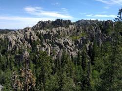 """Snímek z oblasti Black Hills, místa objevu fosilií """"manospondyla"""". Zkameněliny byly objeveny v sedimentech souvrství Hell Creek o stáří asi 67 milionů let. Na snímku hora Black Elk Peak, s nadmořskou výškou 2207 metrů nejvyšší místo na území Jižní Dakoty. Kredit: Runner1928; Wikipedie (CC BY-SA 4.0)"""