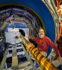 Flemming Videbaek při instalaci zařízení HFT na urychlovači RHIC. Kredit: BNL.