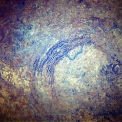 Jihoafrick� astrobl�m Vredefort je v sou�asnosti nejv�t��m bezpe�n� rozeznan�m impaktn�m kr�terem na povrchu Zem�. Vznikl zhruba p�ed 2,02 miliardy let a jeho pr�m�r �in� asi 300 kilometr�. Kredit: J�lio Reis, Wikipedie