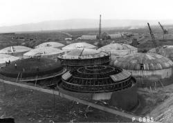 Výstavba betonových nádrží určených ke skladování vysoce radioaktivního odpadu v Hanfordu v roce 1944 (zdroj Rosemerena.org).