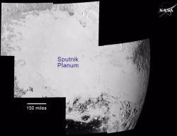Mozaika oblasti Sputnik planum vytvořená ze sedmi snímků. Zdroj: http://i.imgur.com/