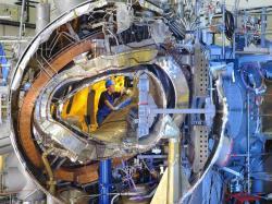 Náročná konstrukce stellarátoru Wendelstein 7-X. Kredit: Wolfgang Filser / IPP.