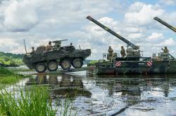Strykery dragounů 2. jezdeckého pluku překračují řeku Němen vLitvě během cvičení Saber Strike 18. Kredit: Sgt. Gregory T. Summers, U.S. Army.