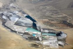 Těžba lithia vSilver Peak, Nevada, USA. Kredit: Doc Searls / Wikimedia Commons
