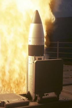 Odpálení rakety systému Aegis BDM raketovým křižníkem USS Lake Erie vroce 2005. Kredit: US Navy.