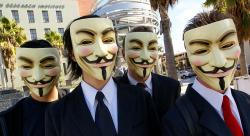 Čtyřikrát Guy Fawkes během operace proti scientologům vLos Angeles. Kredit: Vincent Diamante / Wikimedia Commons.