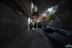 Práce uvnitř oblouku po jeho zasunutí (zdroj Černobylská jaderná elektrárna).