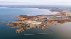Staveniště finské elektrárny Hanhikivi, tam by se výstavba reaktoru měla rozběhnout v roce 2021 (Fennovoima).