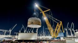 Koncem roku 2020 největší jeřáb na světě Big Carl přemístil zatím nejtěžší komponentu. Jednalo se o první ze tří prefabrikovaných prstenců s váhou 575 tun. Jeho výška je 17 m a průměr 47 m (zdroj EDF).