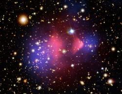 Kupa galaxií Kulka - 1E 0657-558 v optickém, rentgenovském oboru (červeně) a zobrazení výsledků gravitačního čočkování (modře). (Zdroj NASA)