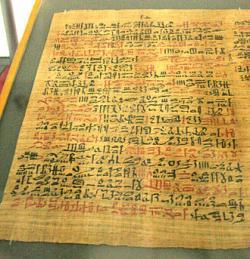 Egyptský lékařskýpapyrus(zvaný Ebersův), datovaný asi do roku 1550 před naším letopočtem zmiňuje med ve 147 receptech na léčení vnějších zranění.