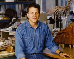 Aerosteona formálně popsal roku 2008 americký paleontolog Paul C. Sereno s kolegy. Odborná práce však byla akceptována až o rok později, a tak za datum popisu tohoto teropoda považujeme dnes květen roku 2009. Sereno popsal také množství jiných dinosaurů, a to z území Jižní Ameriky, Afriky i Asie. Kredit: Mike Hettwer, courtesy of Project Exploration, Oregon State University; Wikipedie (CC BY-SA 2.0)