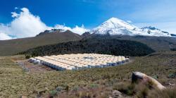 Vysokoenergetická astrofyzika vysoko vhorách. Každý z tanků obsahuje 188 000 litrů vody. Kredit: Jordanagoodman / Wikimedia Commons.