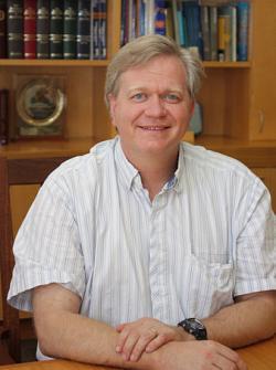 Brian Paul Schmidtamericko-australskýfyzik. Nositel Nobelovy ceny za  rozpínání vesmíru (Kredit: Tim Wetherell, CC BY-SA 3.0)
