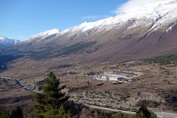 Italská Laboratori Nazionali del Gran Sasso, kde pracuje experiment XENON1T. Kredit: TQB1 / Wikimedia Commons.