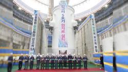 Instalace reaktorové nádoby na bloku Sin Kori 5 (zdroj KHNP).
