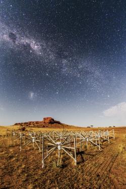 "107 ""Outlier"", jedna ze 256 komponent soustavy radioteleskopů Murchison Widefield Array (MWA). Kredit: Pete Wheeler, ICRAR."