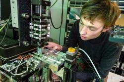 Čtení dat z křemenného skla se provádí pomocí počítačem řízeného mikroskopu. Kredit: Jonathan Banks for Microsoft.