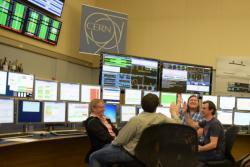 23. dubna. Badatelé se radují zpostupu příprav na spuštění LHC vroce 2016. Do útoku kuny zbývá 6 dní. Kredit: Jacques Fichet / CERN.
