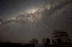 Bl�skaj� na n�s z�galaktick�ho j�dra anihilace temn� hmoty? Kredit: ESO / Y. Beletsky.