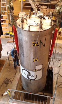 Instalace supravodivého magnetu experimentu ADMX. Kredit: Lamestlamer / Wikimedia Commons.