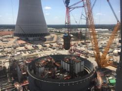 Instalace reaktorové nádoby u bloku Vogtle 4 (zdroj Georgias Power).