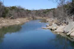 Říčka Paluxy na území Dinosaur Valley State Park. V okolí této řeky jsou již od roku 1908 objevovány výborně zachovalé otisky stop dinosaurů z období spodní křídy. Kredit: Gordon Reid, Wikipedie