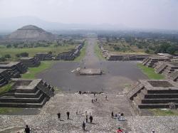 Teotihuacán. Výhled na Cestu mrtvých z Pyramidy Měsíce. Kredit: BrCG2007 / Wikimedia Commons.