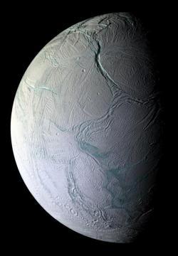 Enceladus. Vpravo dole trhliny Tygřích pruhů, nahoře hluboký kaňon Labtayt. NASA/JPL/SSI