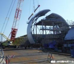 Zkouška instalace náhradního krytu třetího bloků v přístavu Onahama (zdroj TEPCO).
