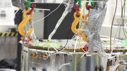 Instalace vybaveni do sondy LISA Pathfinder (zdroj ESA).