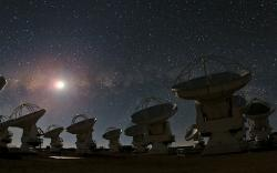 ALMA pod hvězdným nebem. Kredit:B. Tafreshi, ESO.