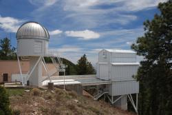 Observatoř Apache Point. Teleskop SDSS vboudě vpravo. Kredit: -r.c. / Wikimedia Commons.
