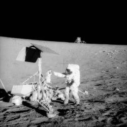 Astronauti Apolla 12 zkoumaly přistávací modul Surveyor 3 (zdroj NASA).