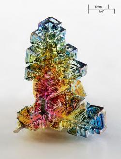 Krystal bismutu. Kredit: Alchemist-hp / Wikimedia Commons.