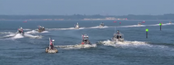 Hejno vodn�ch dron� v�akc�, zat�m jen mal�. Kredit: US Navy.