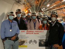 Část týmu, který realizoval kontrolu magnetů, a hlavně jejich vodivých propojení, oslavuje dokončení své práce (zdroj CERN).