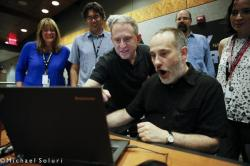 Plné pracovní nasazení. Místo činu: Johns Hopkins University Applied Physics Lab. Na snímku zleva: Cathy Olkin, Jason Cook, Alan Stern, Will Grundy, Casey Lisse, a Carly Howett.  Kredit: NASA/JPL/JHUAPL/https://twitter.com/newhorizons2015/Michael Soluri