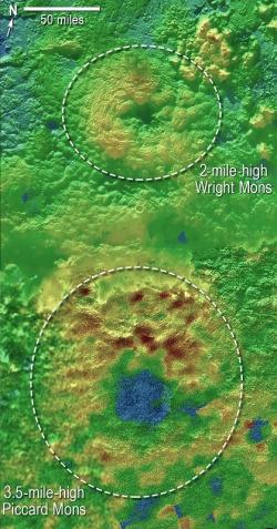 Topografická mapa ukazující dva možné kryovulkány. Horní Wright Mons a dolní Piccard Mons. Nejnižší místa jsou označena modře a nejvyšší červeně. Zdroj: nasa.gov