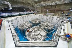 Detektory v místě maximálního vlivu úbytku elektronových antineutrin daných oscilacemi na tauonové neutrino. V tomto místě jsou čtyři detektory. Bazén, ve kterém jsou ponořeny, slouží k odstínění radioaktivního záření z pozadí. (Zdroj Roy Kaltschmidt, Berkeley).