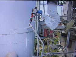 Dlouhé rameno umožnilo změřit hloubku v jímce ventilačního systému prvního a druhého bloku (zdroj TEPCO).